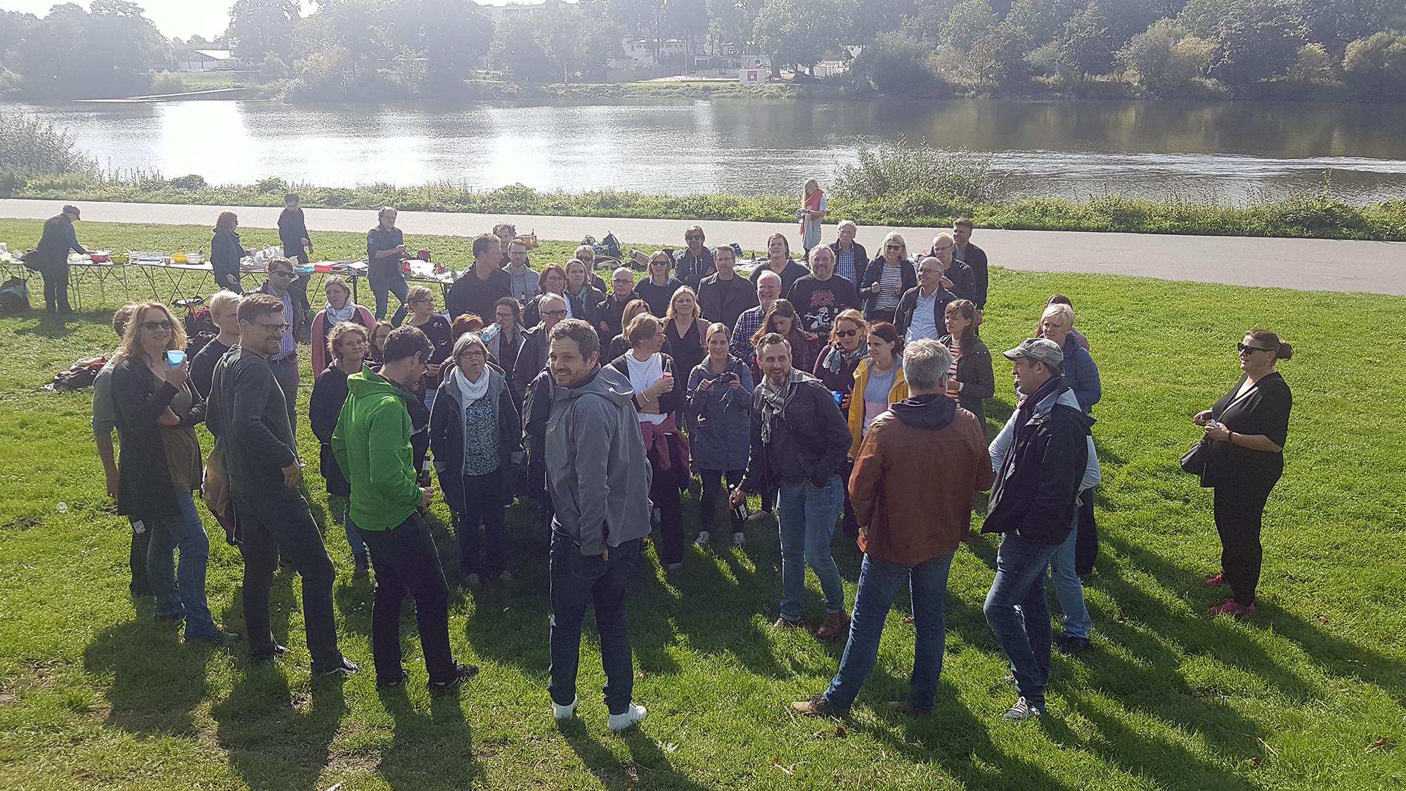 Kollegium beim Picknick an der Weser